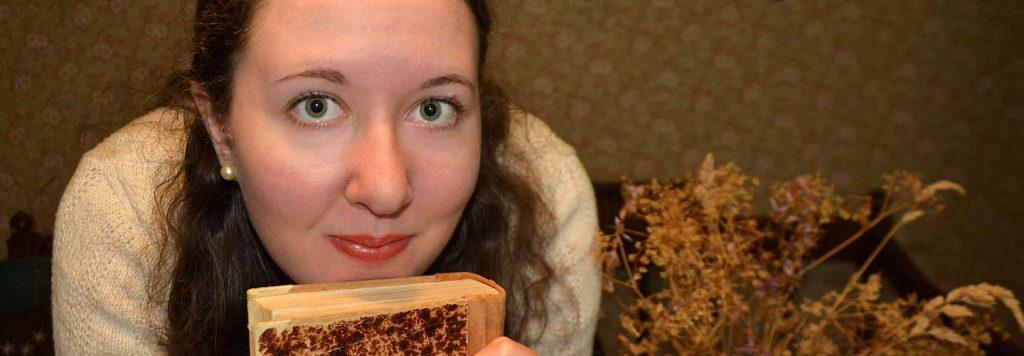 Linnea Dunér med en gammal bok