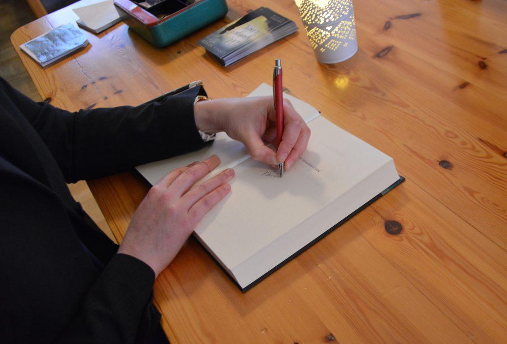 Linnea Dunér signerar ett exemplar av Det sjunger i isen