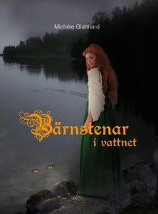 Framsidan på boken Bärnstenar i vattnet av Michèle Glatthard: en flicka med rött, lockigt hår och grön klänning står vid ett mörkt vatten och ser sig över axeln.